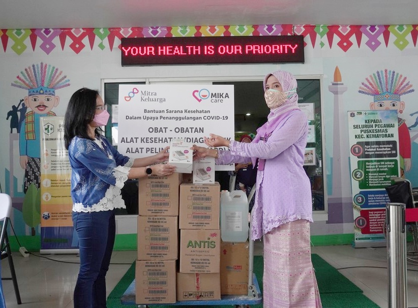 Penyerahan bantuan MIKA Care oleh Direktur Mitra Keluarga Kemayoran Dr Reinette Meiske Eve (Kiri) di terima oleh Kepala Puskesmas Kemayoran Jakarta Pusat Dr. Debby Permatasari, MPH(Kanan)