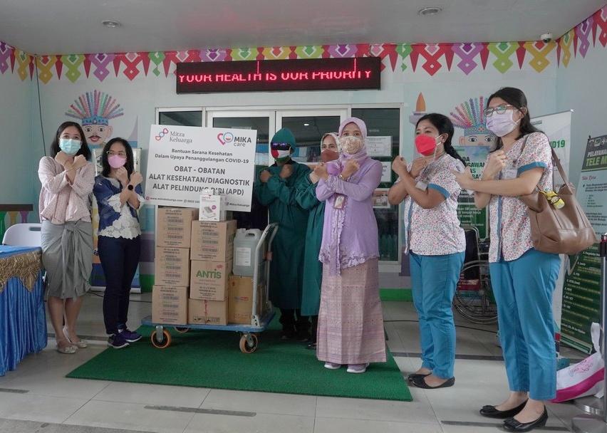 Penyerahkan bantuan di puskemas kecamatan kemayoran Jakarta Pusat